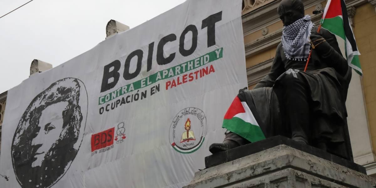 En protesta por los asesinatos y la ocupación: estudiantes de agrupaciones palestinas se toman la Casa Central de la Universidad de Chile