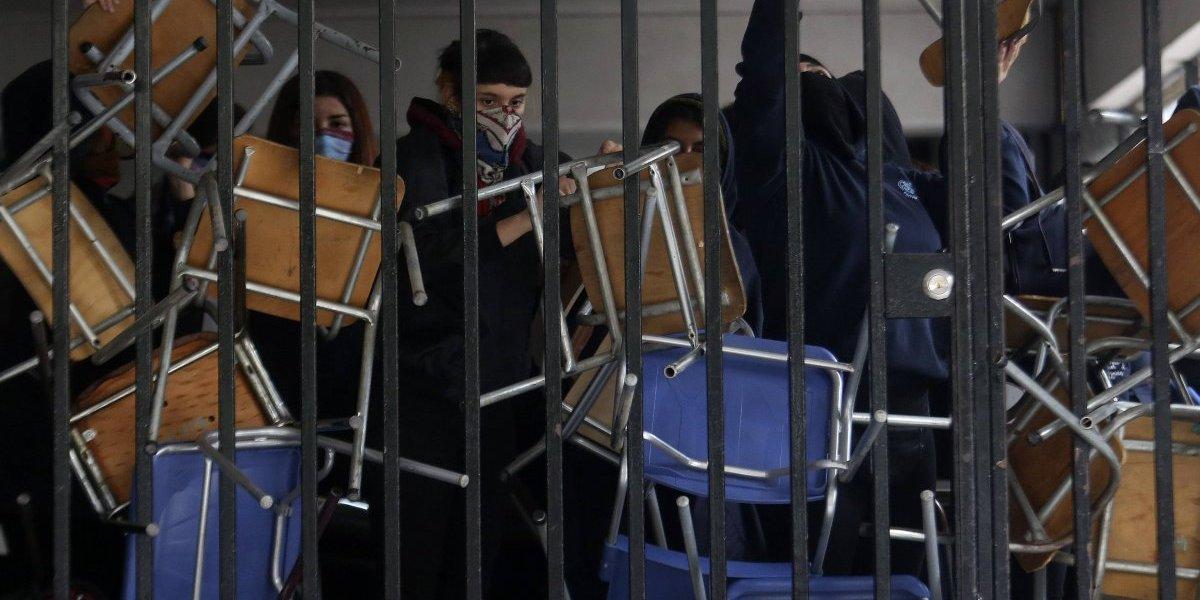 Feminismo en los emblemáticos: Alumnas del Carmela Carvajal se tomaron el Instituto Nacional por actitudes machistas y de acoso