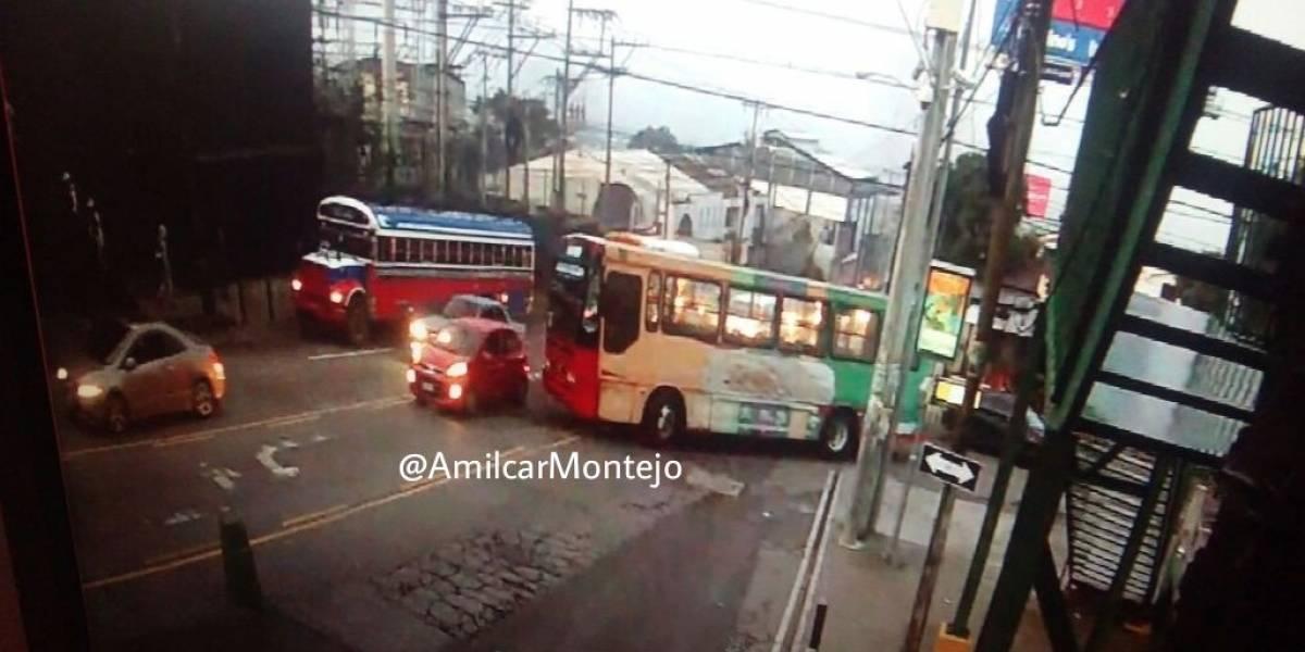 ¡Toma nota! Bus con desperfectos bloquea la avenida Hincapié