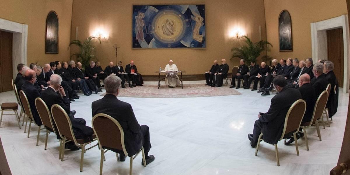 """Finaliza primera reunión del Papa con obispos chilenos: sacerdotes deberán dedicarse """"exclusivamente a meditar y orar"""" hasta la próxima cita"""