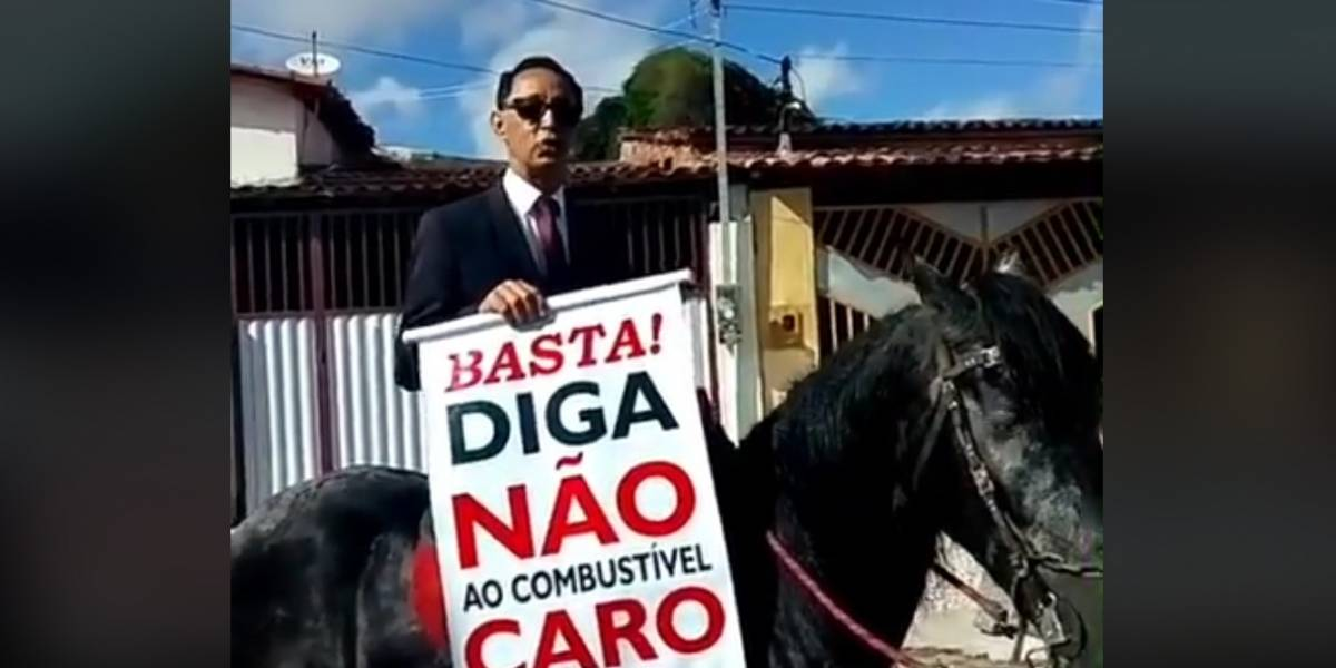 Homem vai trabalhar a cavalo em protesto contra aumento da gasolina