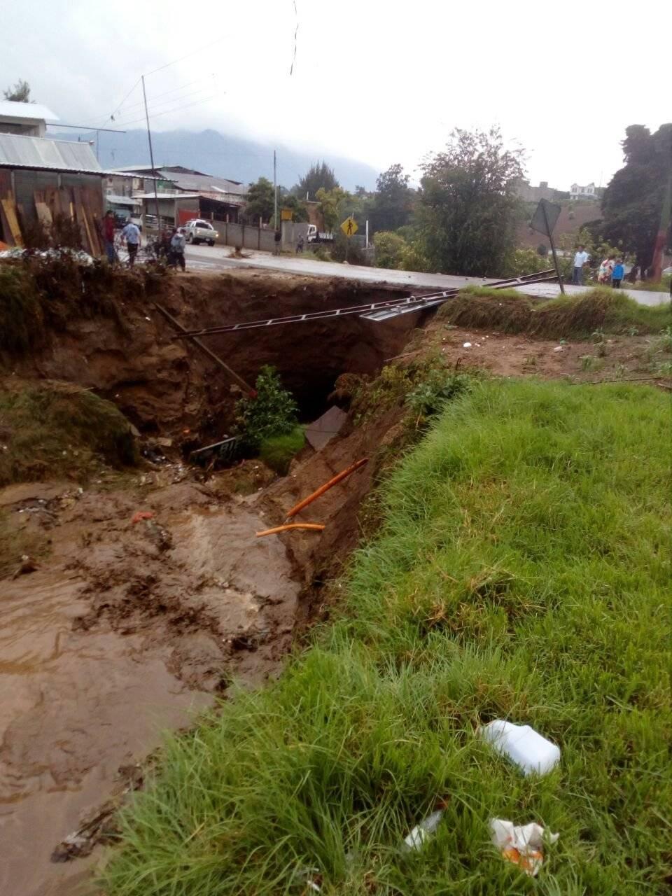 Daño en el Km. 215 de la ruta departamental 3 en Quetzaltenango, de San Juan Ostuncalco y Colomba Costa Cuca. Conred