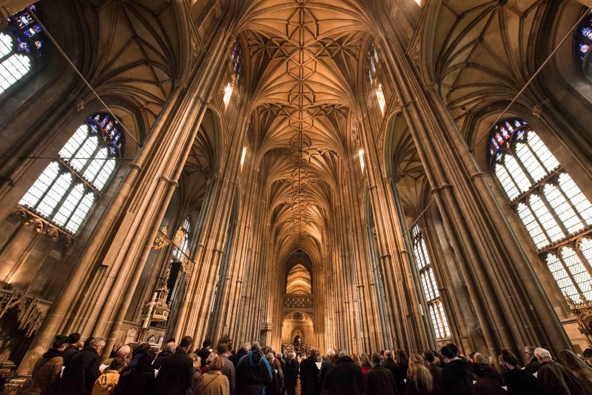 Una mujer irrumpe a gritos en una iglesia con una insólita exigencia
