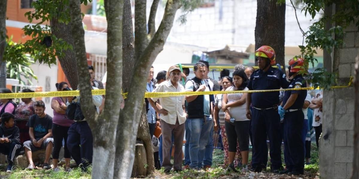 Localizan cadáver de mujer en un terreno detrás de una escuela en la zona 18