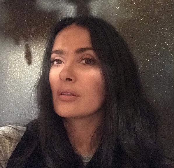 Salma Hayek prende fuego en la pista a ritmo de salsa
