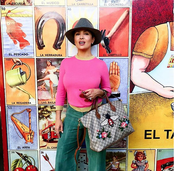 Salma Hayek menea sus caderas al ritmo de salsa