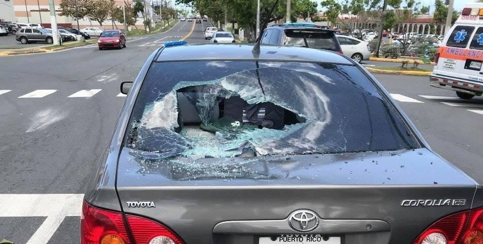 Semáforo cae sobre un auto en Dorado. Foto:vía Facebook