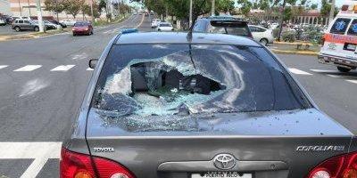 semáforo cae sobre un auto en Dorado