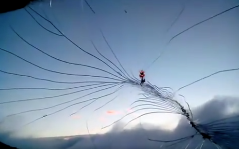 Piloto chino casi sale volando tras romperse el parabrisas de la cabina
