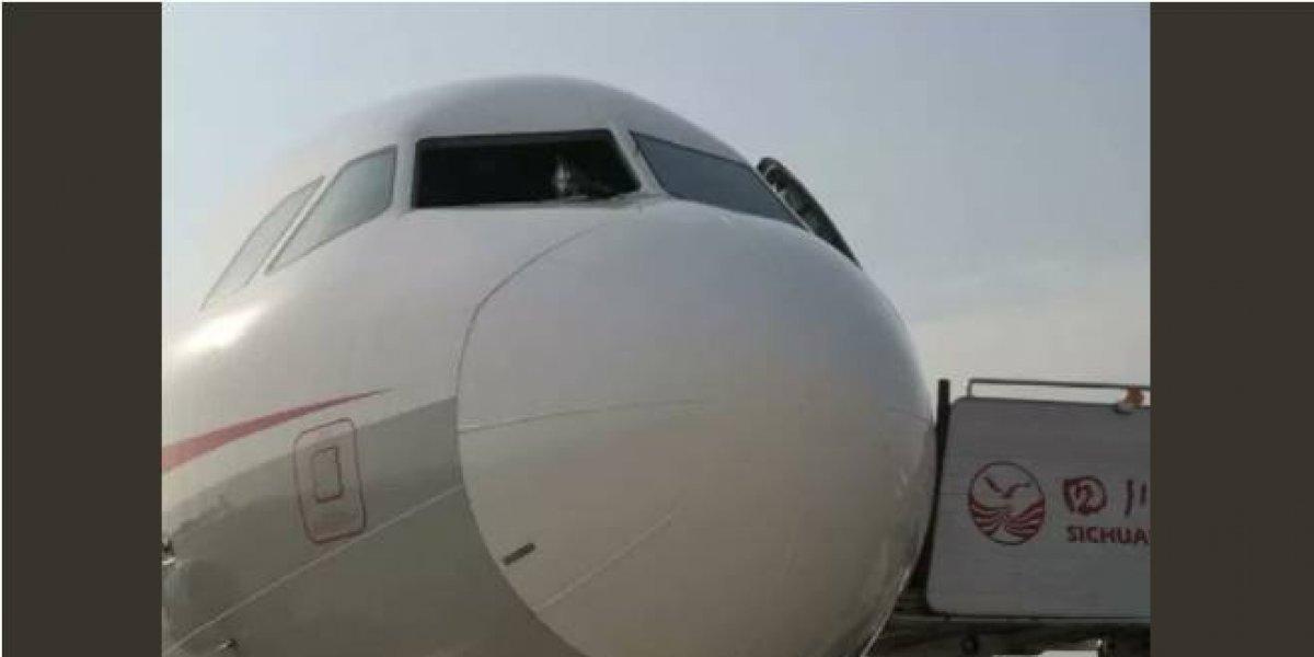 Terror y pánico en pleno vuelo: estalló un parabrisas de la cabina y el copiloto casi fue succionado fuera del avión