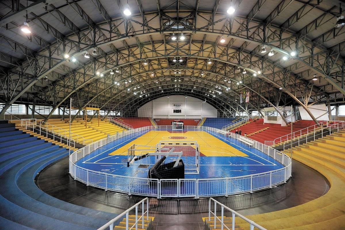 Ginásio poliesportivo coberto e também quadras descobertas André Porto/ Metro
