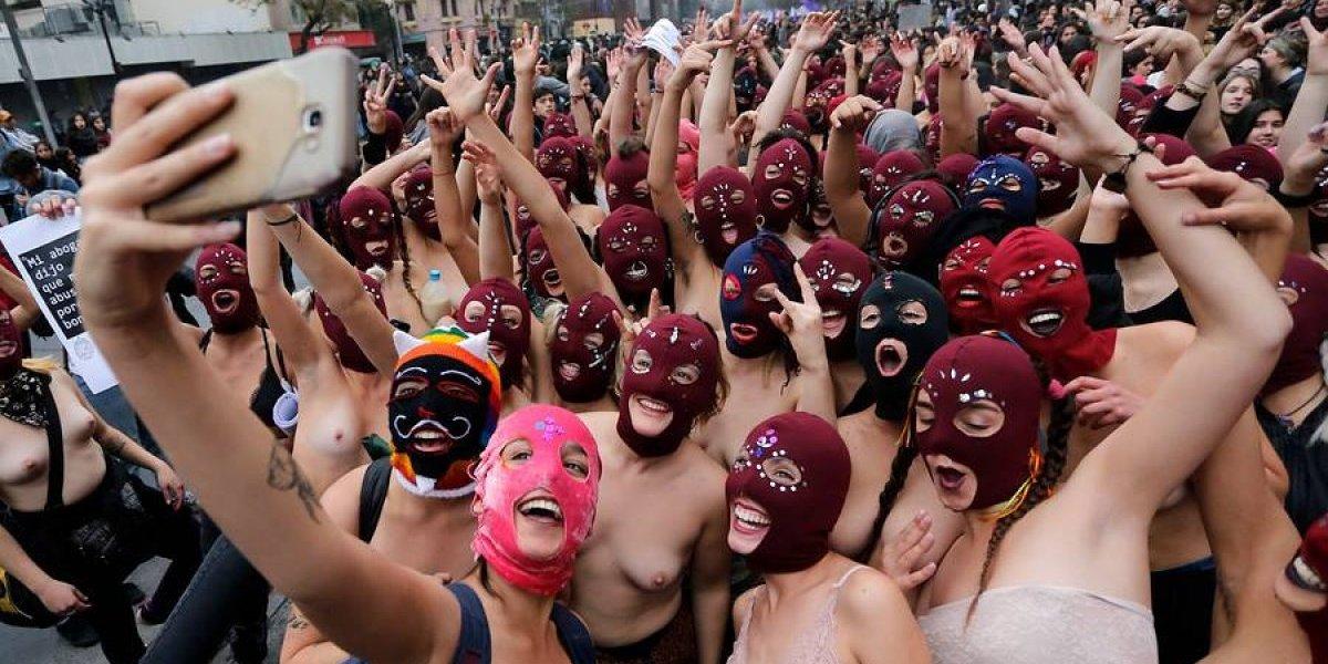 """Desde """"selfie-topless"""" hasta """"monjas"""" protestando: las imágenes que dejó la marcha feminista estudiantil"""