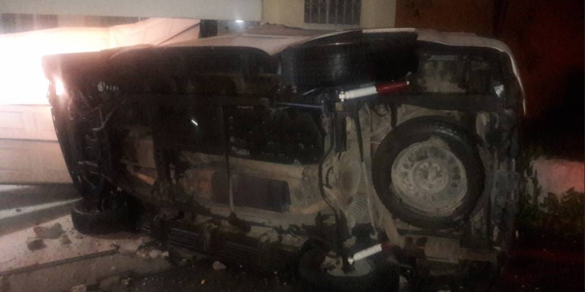 Piloto empotra su vehículo en una casa ubicada frente un centro comercial de la zona 11