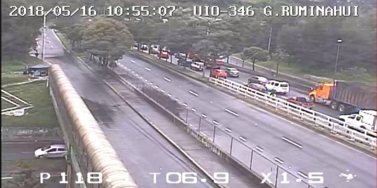 Accidente de tránsito en la Av. Simón Bolívar en el desvío al valle de los Chillos