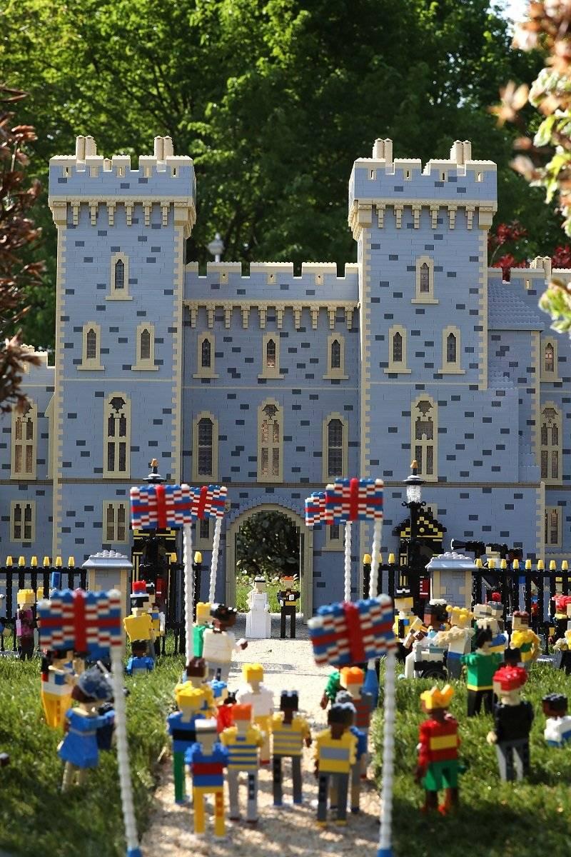60 bloques LEGO en el vestido de la mini Meghan Markle, con su príncipe LEGO a su lado. | GETTY