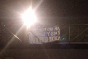 AEU coloca mantas con mensajes contra la corrupción