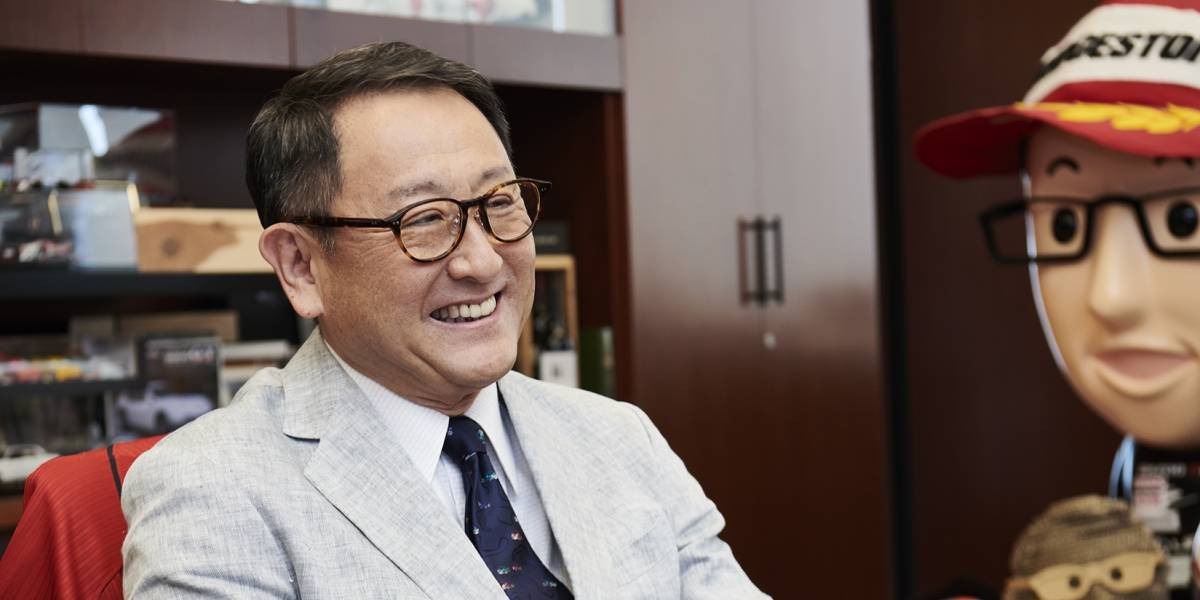 Presidente de Toyota recibe prestigioso trofeo Issigonis