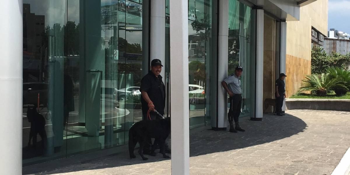 """Los agentes """"especiales"""" que """"cuidan"""" el ingreso de centro comercial en zona 10"""