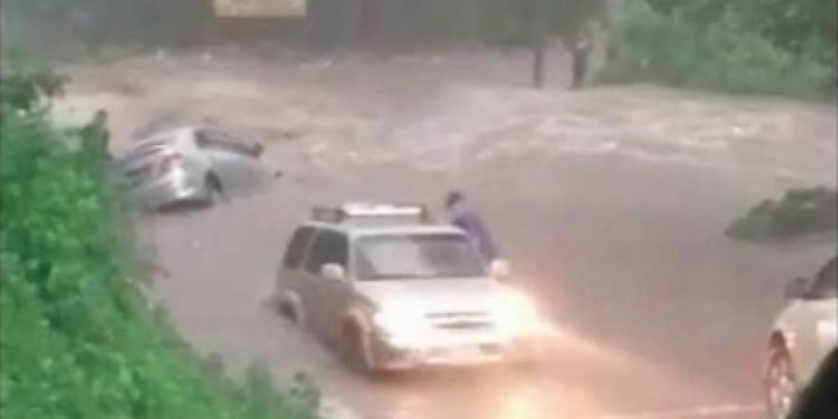 Video muestra momento en que río arrastra auto en ingreso a una sede de la USAC
