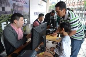 Tramitan pasaporte en Migración