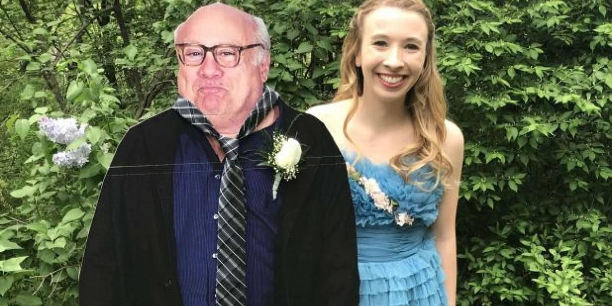 No sabía con quién ir a su baile de graduación y tomó la más épica decisión: fue con un Danny DeVito de cartón