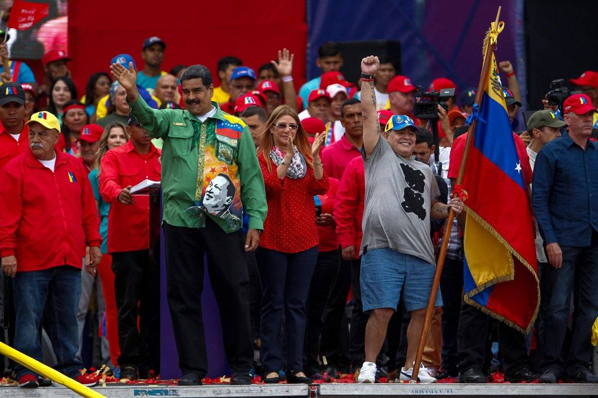 El exfutbolista argentino, Diego Maradona (c), participa en el evento de cierre de campaña del presidente venezolano Nicolás Maduro EFE