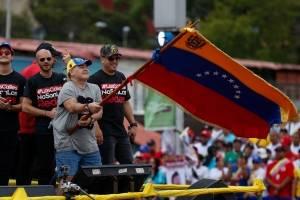 El exfutbolista argentino, Diego Maradona (c), participa en el evento de cierre de campaña del presidente venezolano Nicolás Maduro