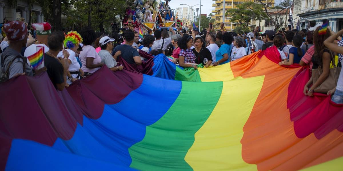 Violenta respuesta de policía a amiga de joven gay agredido