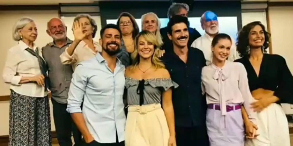 Cauã Reymond e Fernanda Montenegro se reúnem com elenco de Belíssima, exibida há 13 anos