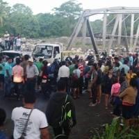 bloqueo en El Zarco para pedir aclarar muerte de peces