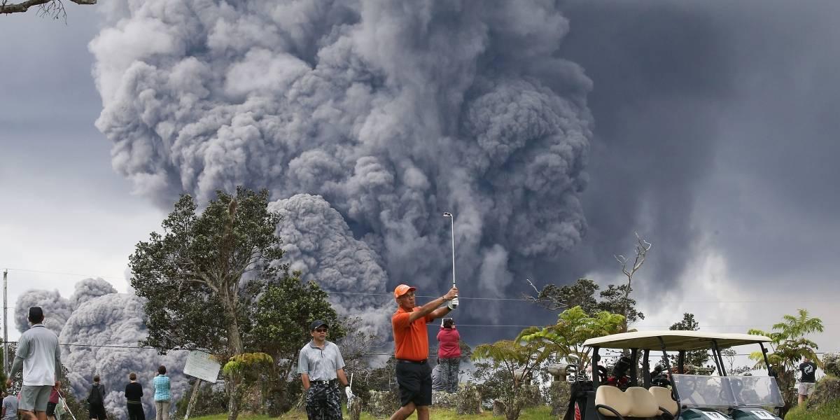 Ni una erupción volcánica detiene a los golfistas en Hawai