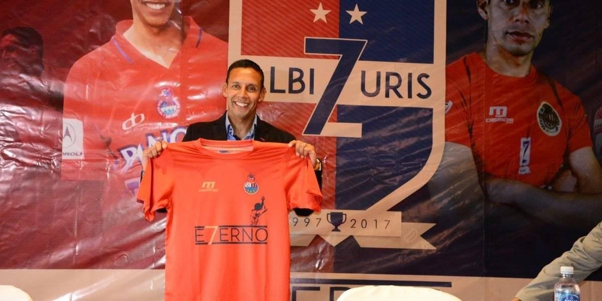 Claudio Albizuris en la conferencia de prensa del partido de despedida
