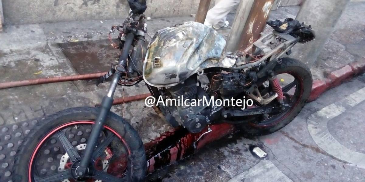 Video. Motocicleta se incendia en la zona 1 tras derrapar