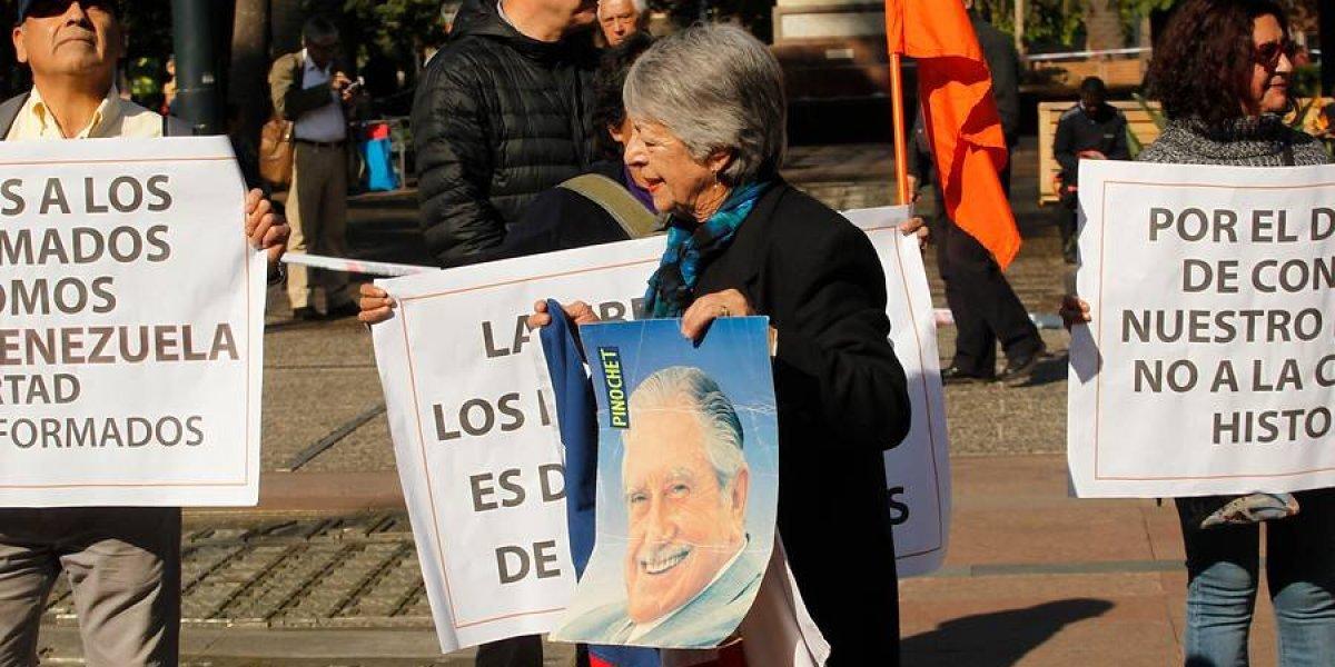 ¡Tiembla, ministra de Cultura! Así fue la manifestación de los 25 pinochetistas que piden su destitución