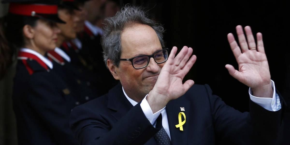 Nuevo presidente catalán asume el cargo peroevitamencionar la Constitución