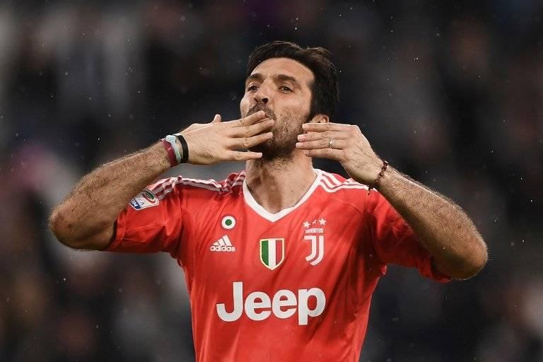 Buffon saluda a la afición de la Juve