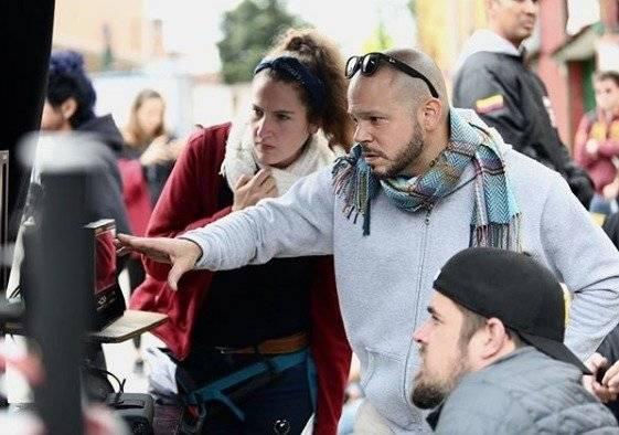 Si bien estamos acostumbrados a verlo en t-shirt, en ocasiones, también se ve utilizando otras piezas de vestir, como bufandas. Foto: Instagram