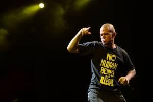 Residente también se caracteriza por utilizar sus camisetas para enviar mensajes políticos, realizar críticas sociales o solidarizarse con distintas causas. Foto: Getty
