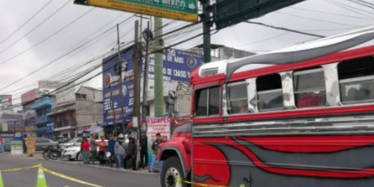 Cámaras captan el momento en que un bus atropella a un motorista en calzada San Juan