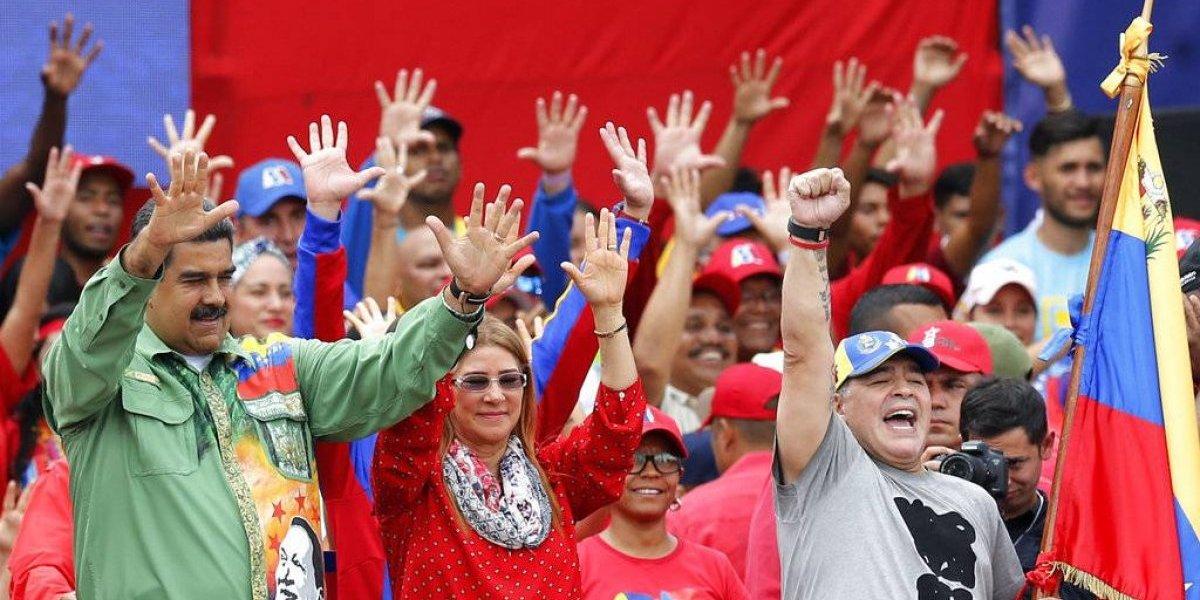 """En el acto de cierre de campaña: Diego Armando Maradona """"bailó y brincó"""" con Nicolás Maduro"""