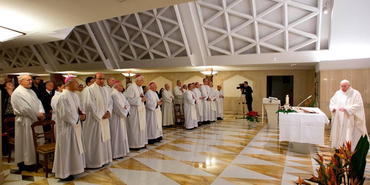 """""""Esta crisis es brutal... pero es buena"""": renuncia de obispos chilenos genera ola de reacciones en Twitter"""
