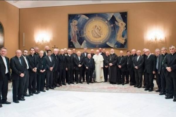 Obispos de Chile le muestran su dimisión al papa Francisco
