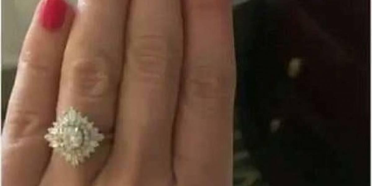 """""""Felicidades niña, es enorme"""": les envió a su familia y amigos una foto de su anillo de compromiso pero ellos descubrieron un peculiar detalle"""