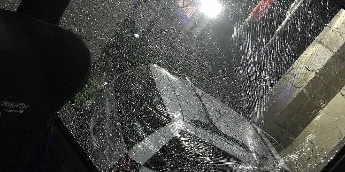 ¡Lamentable! Aficionados dañan el camión de Toluca