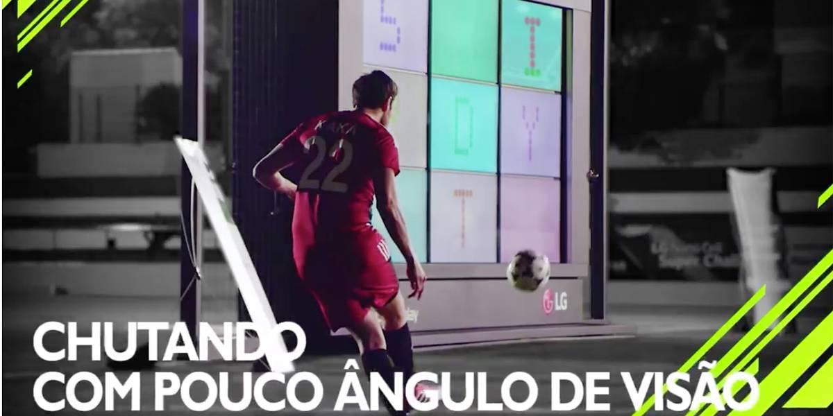 Desafio coloca Kaká para chutar bolas em aparelho de TV