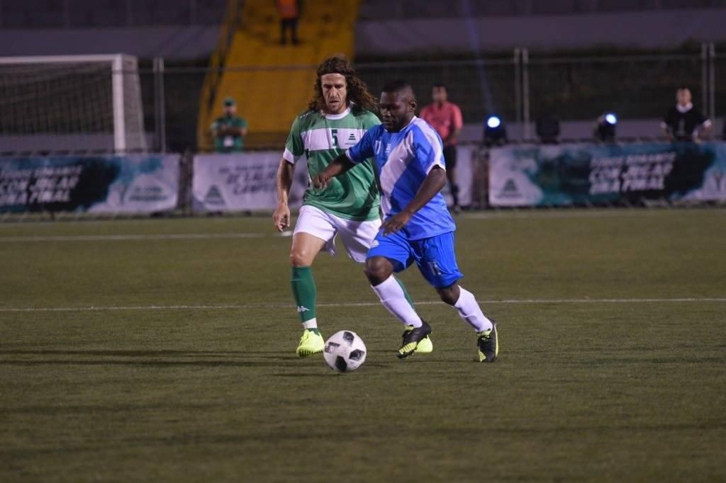Milton Núñez ante la presencia de Puyol