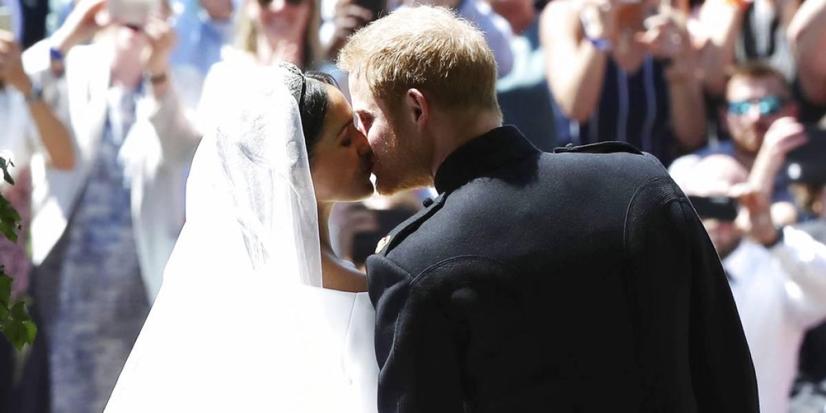 Príncipe Harry y Meghan Markle sonríen con alegría en el altar