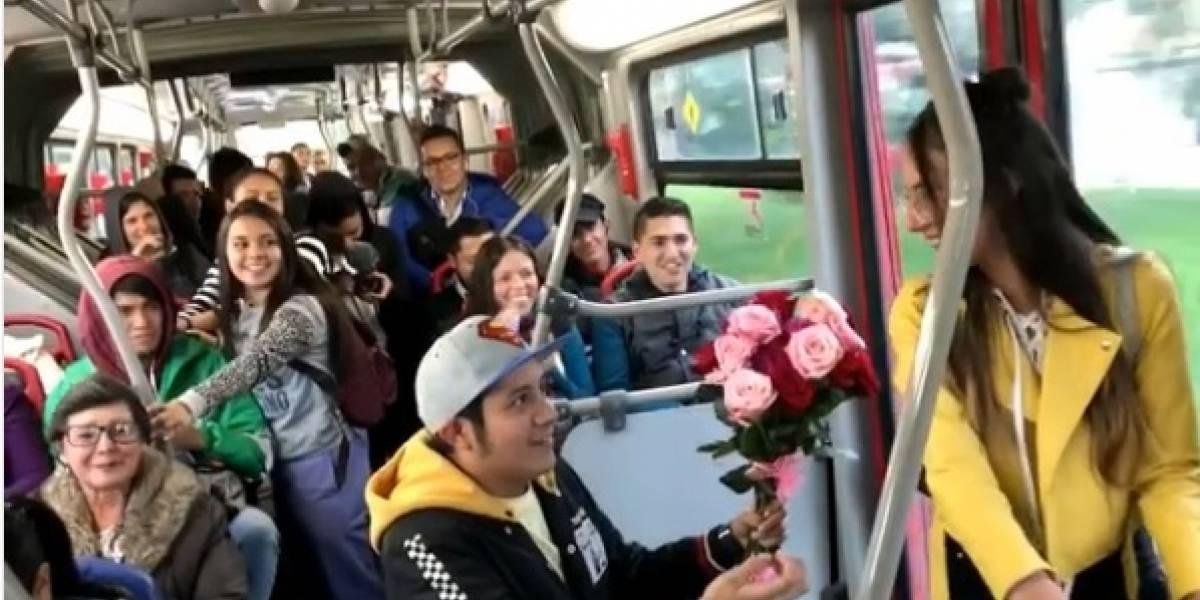 Le pidió la mano a su novia en TransMilenio... y le dijo que no