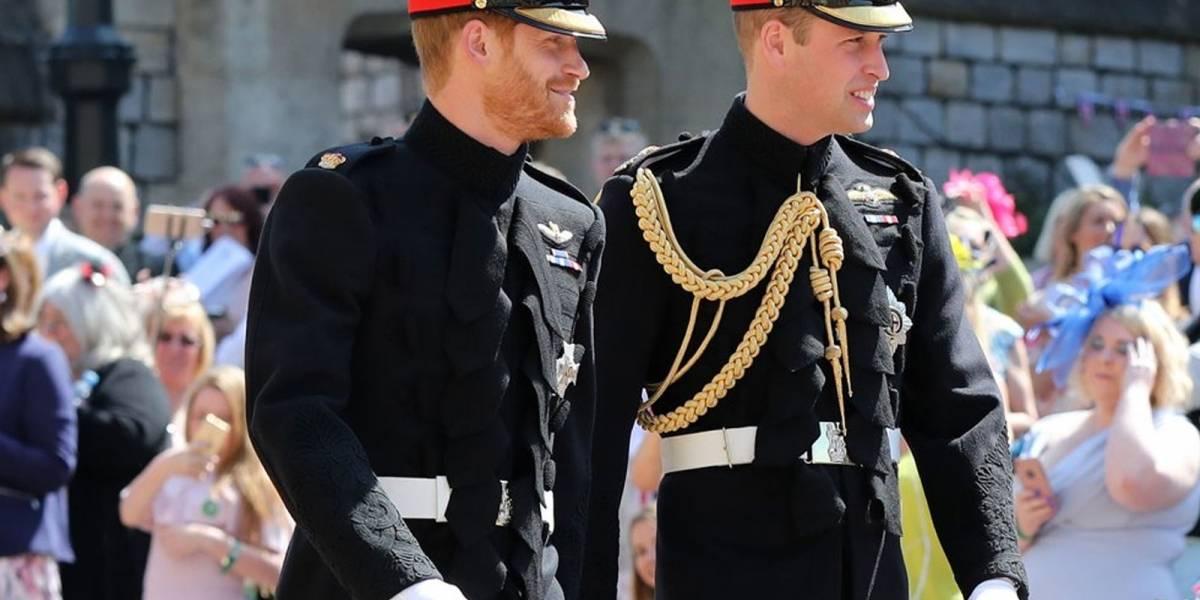 Con uniforme y acompañado de su hermano, así fue la llegada del príncipe Harry