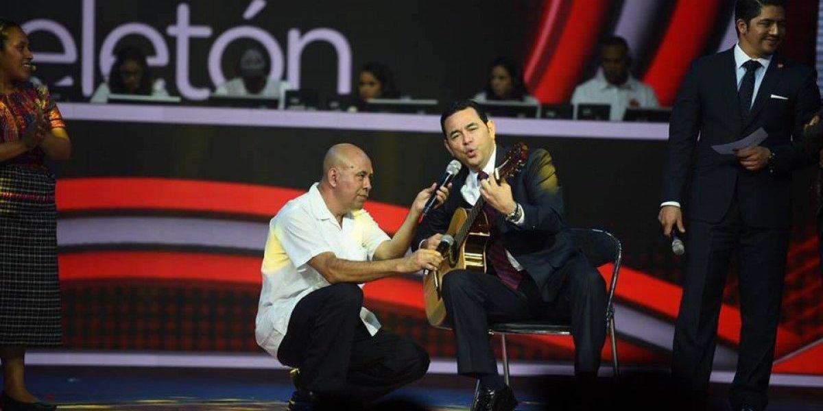 Presidente canta y toca la guitarra en vivo en Teletón y así responde el público